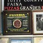 Este cuadro tras la caja describe el espíritu de la Pizzería