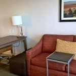 Escrivaninha e sofá