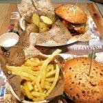 Local de hamburguesas estilo americano con carne de ternera y de buey. Buena atención y rápida.