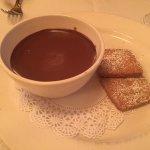 Кокосовое печенье и шоколадный соус