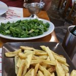 chips and green salad leaves