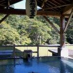 半露天の展望風呂、秘湯を守る会の提灯が誇らしげです。