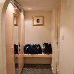 Couloir reliant la chambre à la sdb (dressing à gauche et sdb à droite)