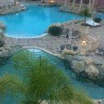Las instalaciones bien, las piscinas enormes y además hay una playa artificial, en recepción Ped