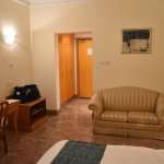 La chambre: bureau et canapé.