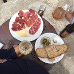 оливки, хлеб, хамон, козий сыр и вино!