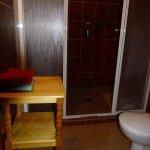 Die Duschkabine hinter der Türe