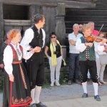 Folklore sur la place du village