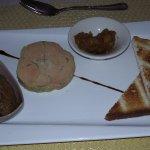 Médaillon de foie gras mi-cuit, compoté d'oignons et de fruits