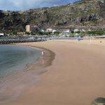 plage aménagée avec hôtel au loin
