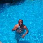 En la piscina principal.