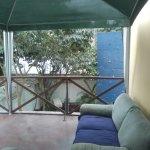balcón del segundo piso para relajo de huéspedes