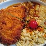 Schwäbisches Schnitzel Wiener Art mit Kartoffelsalat, Bratensauce und Spätzle