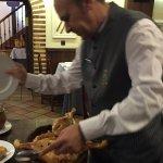 La ceremonia de cortarlo con el plato