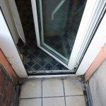 acceso a terraza, telarañas a la derecha y suciedad en puerta