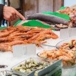 En la parada de pescado y marisco fresco de Peix d'Or el cliente escoge lo que desea comer.