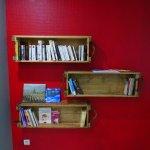 Salle de détente avec livres à disposition