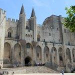 une très belle place avec la façade du palais