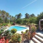 Vue des terrasses sud : tonnelle d'été, piscine sécurisée, parc