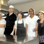 Lo chef Elena con il suo staff di cucina