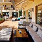 Terraza-lounge junto al jardín