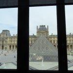 Jolie vue sur la Pyramide du Louvre depuis une boutique à l'intérieur
