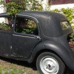 auto antiguo convertido en maceta