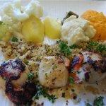 Grosses Saint-Jacques, légumes frais - chou-fleur, brocolis, purée des carottes, pommes de terre