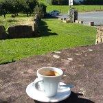 petit café en terrasse avec vue sur la montagne