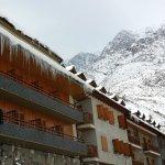 Fachada Hotel El Pilar en Benasque con las Tucas de Ixeia al fondo nevadas