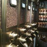 Kaffeeschütten mit verschiedenen Kaffees.