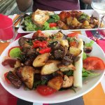 Assiette combinée poulet basquaise/salade de chèvre chaud et salade Landaise