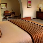 Junior Suite King:  cama king sizel, TV por cable, wifi, calentador, minibar.