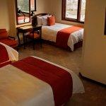 Estándar Triple:  3 camas full size, TV por cable, wifi, calentador.