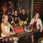 Amigos curtindo a noite na Argentina