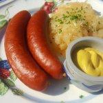 Spécialité badoise (saucisse fumée et choucroute)
