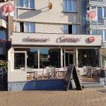 Réception à gauche et restaurant avec terrasse
