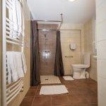 salle de bain de la chambre en rez de chaussée
