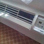 aparelho de ar condicionado com grelha quebrada