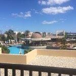 Bra hotell som både har två stora poolområden och strand. Fint rum, bra frukost och bra läge.