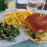"""Cheese Burger maison """"classic"""" avec frites excellentes et salade de jeunes pousses et roquette"""