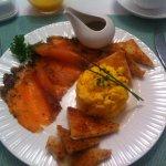 Heerlijk ontbijten met scrambled eggs en gravad lax
