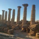 Templo de Hércules. Quedan 8 columnas en pie de las 38 que tenía originalmente