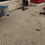 Fleckiger Boden im Fitnessraum