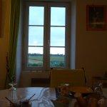 En prenant le petit déjeuner on voit le Mont par la fenêtre => le grand Luxe