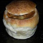 Casuela de cordeiro servido no pão, uma delícia!