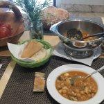 Potage de garbanzos con bacalao y smoothie de piña, mango, melon y kiwi