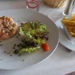 Le tartare de saumon et sa portion de frites