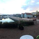 Hôtel restaurant au bord du port de plaisance.
