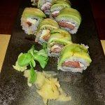 Uramaki con salmone, Philadelphia e salsa teriyaki ricoperti da fettine di avocado. Unici.